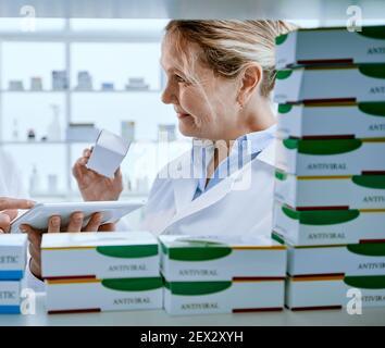 le personnel de la pharmacie discute du nouveau médicament. photo avec un espace de copie.