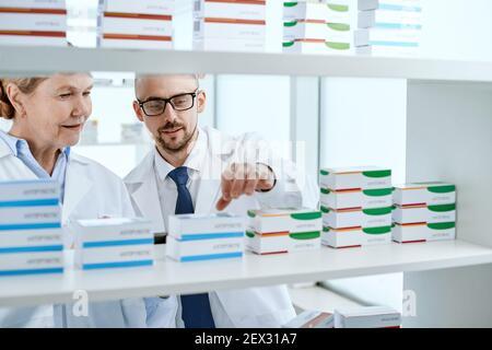 le pharmacien principal et son adjoint travaillent dans une pharmacie locale.