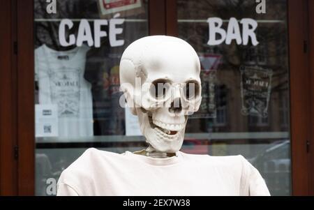 04 mars 2021, Basse-Saxe, Hanovre : un squelette se trouve à l'extérieur d'un restaurant fermé en raison de la pandémie de Corona à Südstadt. Le confinement en Allemagne est prolongé jusqu'en mars 28. Photo: Julian Stratenschulte/dpa