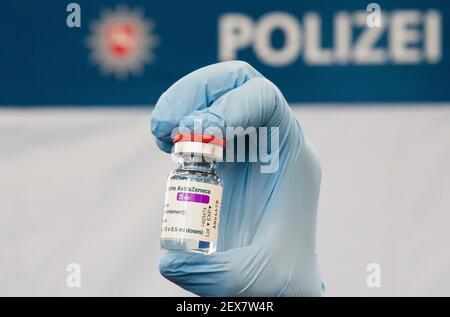 04 mars 2021, Basse-Saxe, Hanovre : un médecin présente un flacon de vaccin AstraZeneca à la Direction de la police centrale de Basse-Saxe. La vaccination des policiers par ordre de priorité a commencé en Basse-Saxe. Photo: Julian Stratenschulte/dpa