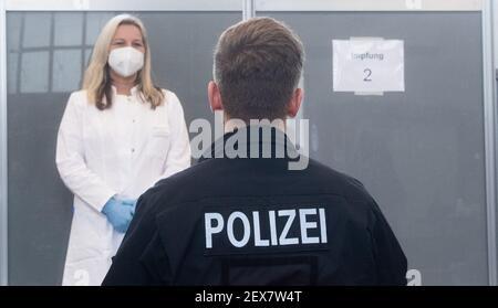 04 mars 2021, Basse-Saxe, Hanovre: Un policier attend d'être vacciné contre le virus Corona à la Direction de la police centrale de Basse-Saxe. La vaccination des policiers par ordre de priorité a commencé en Basse-Saxe. Photo: Julian Stratenschulte/dpa