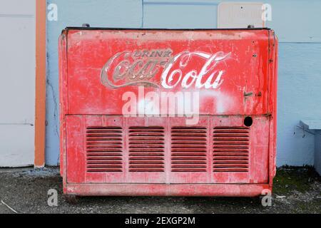 Un ancien coffre Coca-Cola à l'extérieur d'une ancienne station Union 76 à PE Ell, WA.