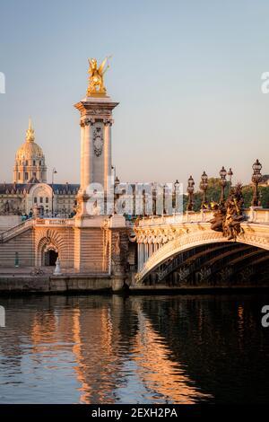 Tôt le matin lumière du soleil à l'aube sur la Seine, Pont Alexandre III et Hôtel des Invalides, Paris, Ile-de-France, France