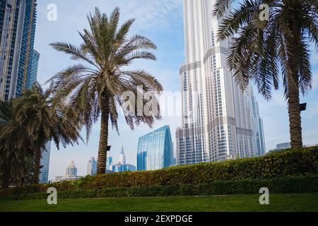 DUBAÏ, ÉMIRATS ARABES UNIS - 10 FÉVRIER 2021 : vue de bas en haut de Burj Khalifa par opposition au ciel bleu et aux nuages. Au bas du bâtiment