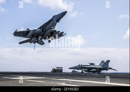 Un avion Super Hornet F/A-18e de la Marine américaine affecté au Strike Fighter Squadron (VFA) 115 survole le porte-avions USS George Washington (CVN 73) le 7 août 2014 dans l'océan Pacifique. (Photo par le Spécialiste des communications de masse 3ème classe Chris Cavagnaro, U.S. Navy/DoD/Sipa USA)