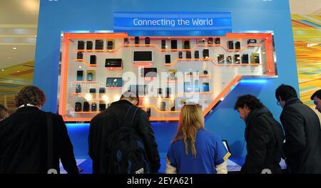 25 février 2013 - Barcelone, Espagne - dans ce document publié par Intel Corporation, Intel présente une large gamme d'appareils mobiles au stand d'Intel au Mobile World Congress 2013, le lundi 25 février 2013 à Barcelone, Espagne. Intel est l'un des principaux fournisseurs de plates-formes cellulaires et sa technologie se trouve à l'intérieur de centaines de millions d'appareils populaires dans le monde entier. Le Mobile World Congress est l'un des plus grands rassemblements annuels de plus de 60,000 leaders mobiles de 200 pays à un endroit à la fois pour définir l'avenir mobile. Crédit photo : Bob Riha, Jr./Intel/Sipa USA