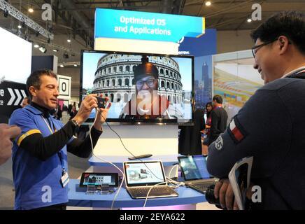 25 février 2013 - Barcelone, Espagne - dans cette photo publiée par Intel Corporation, Rino Cavallucci d'Intel présente sa technologie de virtualisation, associant multimédia, retouche d'images et réalité virtuelle mixte au stand d'Intel au Mobile World Congress, le lundi 25 février 2013 à Barcelone, Espagne. La technologie de virtualisation Intel aide les développeurs à accélérer le développement d'applications mobiles afin d'améliorer le processus de test, de débogage et d'optimisation. Mobile World Congress est l'un des plus grands rassemblements annuels de plus de 60,000 leaders mobiles de 200 pays à un endroit à la fois pour définir le m