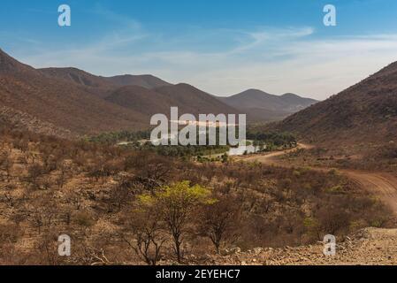 Vue sur le paysage de la rivière Kunene, la rivière frontalière entre la Namibie et l'Angola