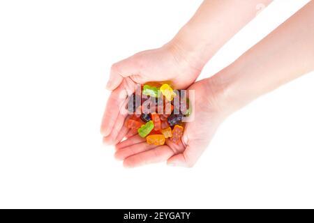 Vue de dessus des mains de femmes pleines d'ours en gelée multicolores isolés sur du blanc.