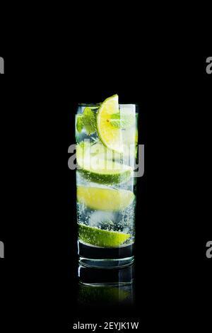 Mojito cocktail citron vert et menthe. Mise au point sélective isolée sur fond noir. Faible profondeur de champ.