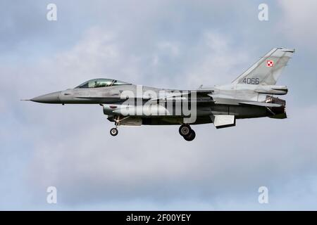 L'armée de l'air polonaise Lockheed Martin F-16C combat le combattant du Falcon 4066 Arrivée et atterrissage en avion à la base aérienne de Leeuwarden pour Frison Drapeau 2015 exercice aérien