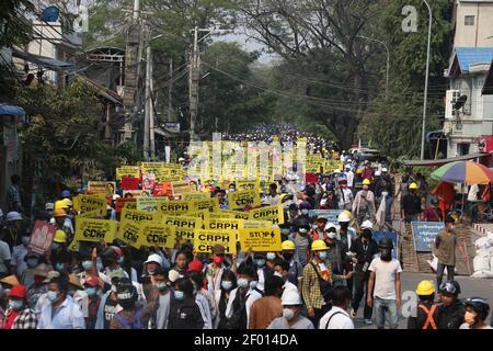 Mandalay, Myanmar. 6 mars 2021. Les funérailles d'un homme de 26 ans qui a été tué par balle par les forces de sécurité du Myanmar le 5 mars 2021 alors qu'il se trouvait à l'extérieur pour déjeuner pendant son travail ont eu lieu aujourd'hui (6 mars 2021). Il est père d'un enfant de 5 ans et d'une femme enceinte de 5 mois. Les gens sont descendus dans la rue pour protester contre le coup d'État militaire pendant les funérailles. Crédit : CIC de la majorité mondiale/Alamy Live News