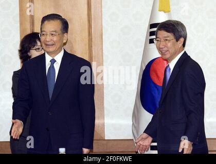29 mai 2010 - SÉOUL, CORÉE DU SUD : le Premier ministre chinois Wen Jiabao (à gauche) tremble la main avec le Premier ministre sud-coréen Chung un-chan, lors de leur réunion au bureau du gouvernement à Séoul le 29 mai 2010. Wen Jiabao est en tournée au Japon, en Chine et en Corée du Sud pour rechercher une stabilité en Asie du Nord-est après le naufrage du navire de guerre du Sud. Crédit photo : Lee Young-ho/Sipa Press/1005301751