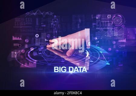 Homme d'affaires touchant un écran géant avec inscription DE BIG DATA, concept de technologie moderne