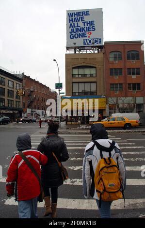 Publicité pour les vendeurs de fournitures de restaurant de Village Voice Above sur le Bowery à New York le 23 février 2008. Après 63 ans, la voix du village sera fermée, presque un an après qu'elle ait cessé sa publication imprimée. (Photo de Frances M. Roberts)