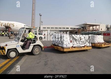 Kaboul, Afghanistan. 8 mars 2021. Un employé de l'aéroport transporte les vaccins COVID-19 à partir de COVAX, un programme international conçu pour aider les pays à revenu faible et intermédiaire à avoir plus d'accès aux vaccins COVID-19, à l'aéroport international Hamid Karzaï de Kaboul, capitale de l'Afghanistan, le 8 mars 2021. Credit: Sayed Mominzadah/Xinhua/Alay Live News