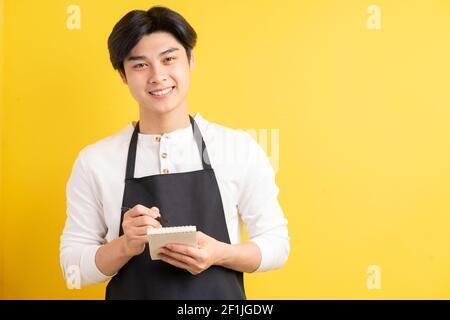 Portrait d'un serveur mâle tenant le carnet à la main commande