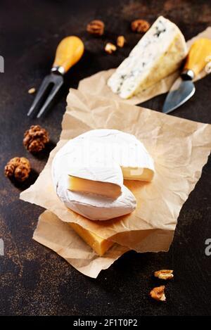 Différents types de fromage. Assortiment de fromages bleu chedar brie camabre