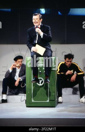 Prominenz auf der IFA à Berlin, Allemagne 1989, hier: Ernst H. Hilbich auf einem Tresor