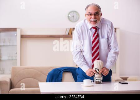 Ancien patron masculin dans le concept de retraite