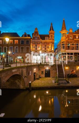 Maisons traditionnelles sur le vieux canal d'Oudegracht dans le centre d'Utrecht, pays-Bas Hollande