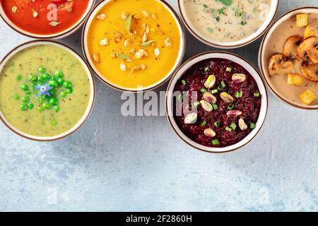 Bannière de soupe vegan avec un endroit pour le texte. Diverses soupes de légumes