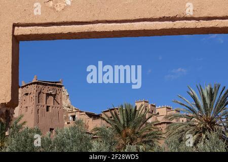 OUARZAZATE, MAROC - NOVEMBRE 22; 2018 vue à travers la porte avec des palmiers dattiers le Ksar d'ait-Ben-Haddou dans les montagnes du Haut Atlas du Sahara