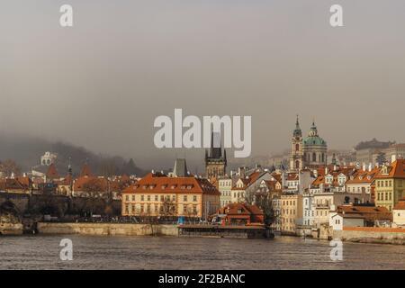 Carte postale de la ville de Lesser dans la brume depuis le pont Charles, tchèque république.destination touristique célèbre.panorama de Prague.Foggy matin en ville.Amazing