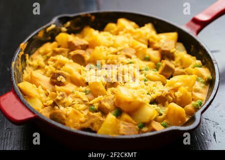 Repas végétarien chaud, pommes de terre, pois avec sauce à la cheesy