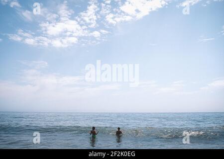 Deux petites figures se départir dans un vaste océan Banque D'Images