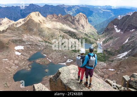 Vue arrière du couple en regardant la vue en étant debout montagne