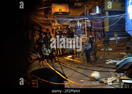 L'armée et la police du Myanmar ont vu chercher des résidents et des manifestants cachés dans des bâtiments après une manifestation anti-coup d'État militaire.la police du Myanmar a attaqué les manifestants avec des balles en caoutchouc, des munitions réelles, des gaz lacrymogènes et des bombes lacrymogènes en réponse aux manifestants anti-coup d'État militaire de vendredi. Deux ont déclaré mort. L'armée du Myanmar a arrêté le conseiller d'État du Myanmar Aung San Suu Kyi le 01 février 2021 et a déclaré l'état d'urgence tout en prenant le pouvoir dans le pays pendant un an après avoir perdu les élections contre la Ligue nationale pour la démocratie (NLD).