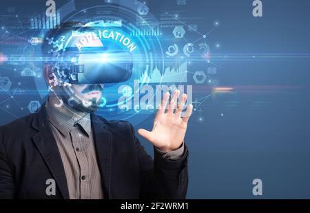 Homme d'affaires regardant à travers les lunettes VR