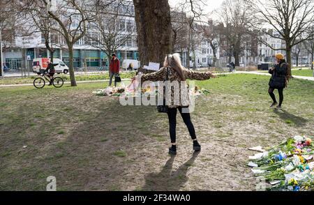 Brighton Royaume-Uni 15 mars 2021 - UN homme sur un vélo crie aux personnes visitant les hommages floraux et les messages pour meurtre la victime Sarah Everard est parti à Valley Gardens à Brighton où une veillée aux chandelles a eu lieu samedi : crédit Simon Dack / Alay Live News