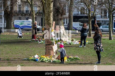 Brighton Royaume-Uni 15 mars 2021 - hommages et messages floraux pour le meurtre la victime Sarah Everard et quelques messages anti-policiers laissés à Valley Gardens à Brighton où une veillée aux chandelles a eu lieu samedi : crédit Simon Dack / Alay Live News