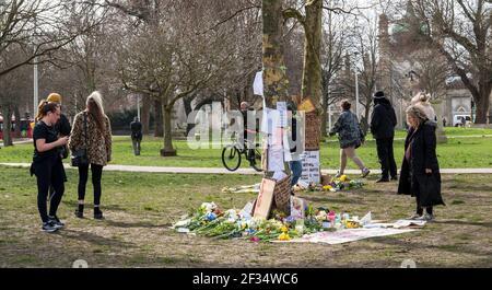 Brighton Royaume-Uni 15 mars 2021 - UN homme sur un vélo crie et affronte les personnes visitant les hommages floraux et les messages pour meurtre la victime Sarah Everard a quitté à Valley Gardens à Brighton où une veillée aux chandelles a eu lieu le samedi : Credit Simon Dack / Alay Live News