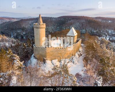 Vue aérienne du château médiéval de Kokorin en hiver au lever du soleil. Parc national de Kokorinsko à proximité de Prague en République tchèque. Europe centrale.