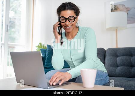 Femme noire au bureau à domicile et au travail à distance