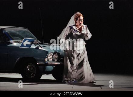 Jane Henschel (Fricka) in DIE tour par Wagner à l'Opéra Royal, Covent Garden, Londres WC2 30/09/1996 chef d'orchestre: Bernard Haitink design: Nigel Lowery éclairage: Pat Collins directeur: Richard Jones