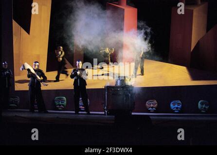 Valkyrie se prépare à faire bouillir des membres humains dans DIE tour par Wagner à l'Opéra Royal, Covent Garden, Londres WC2 30/09/1996 chef d'orchestre: Bernard Haitink design: Nigel Lowery éclairage: Pat Collins directeur: Richard Jones