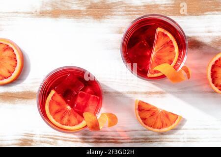 Cocktails avec jus d'orange de sang, prise de vue en hauteur avec espace de copie