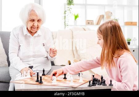 Fille jouant aux échecs avec grand-mère