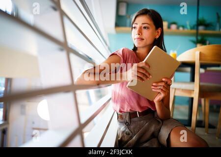 Portrait de femme gaie à l'aide de PC portables pour les blogs dans les réseaux sociaux