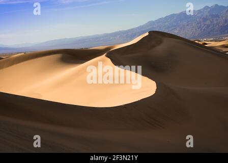 Magnifiques dunes de sable paysage vu au parc national de la Vallée de la mort, Californie au coucher du soleil