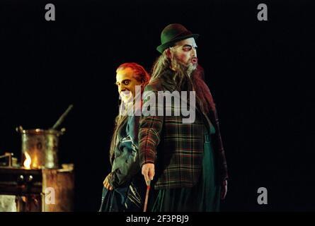 l-r: Graham Clark (MIME), John Tomlinson (Wotan / The Wanderer) à SIEGFRIED par Wagner à l'Opéra Royal, Covent Garden, Londres WC2 27/03/1995 chef d'orchestre: Bernard Haitink design: Nigel Lowery éclairage: Pat Collins mouvement: Matthew Hamilton directeur: Richard Jones