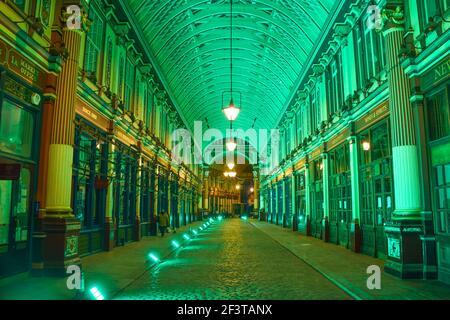 Londres, Royaume-Uni, 17 mars 2021. Le marché Leadenhall de la ville de Londres est illuminé en vert à l'occasion de la fête de la St Patrick. Credit: Vuk Valcic/Alamy Live News