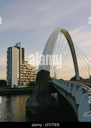 Vue sud sur la rivière Clyde au crépuscule avec coucher du soleil se reflétant dans les appartements juste au-delà de l'arc du pont Squinty, Glasgow, Écosse, Royaume-Uni.