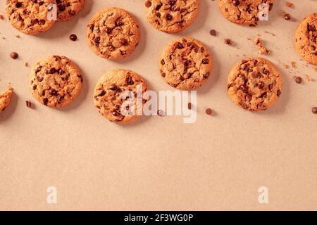 Biscuits aux pépites de chocolat, fraîchement cuits, avec chocolat fondu