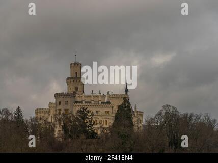 Hluboka nad Vltavou avec l'ancien château et la grande tour dedans ciel nuageux gris jour