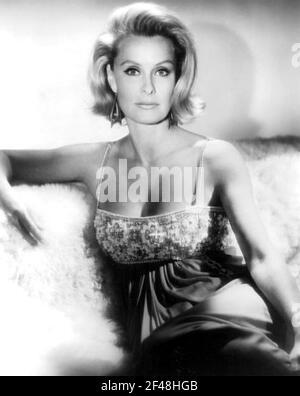 DINA MERRILL (1923-2017) actrice, héritière et philanthrope américaine en 1968.